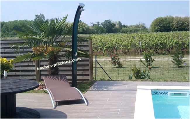 douche de piscine solaire d une capacit de 35 litrespermettant de pictures to pin on pinterest. Black Bedroom Furniture Sets. Home Design Ideas