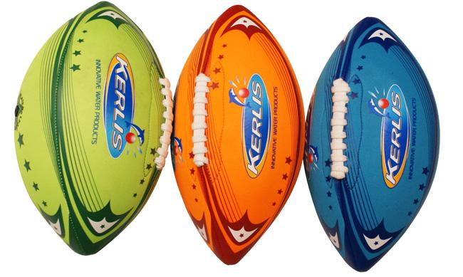 ballons de football américain plage